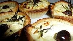 Tartellette con olive e feta