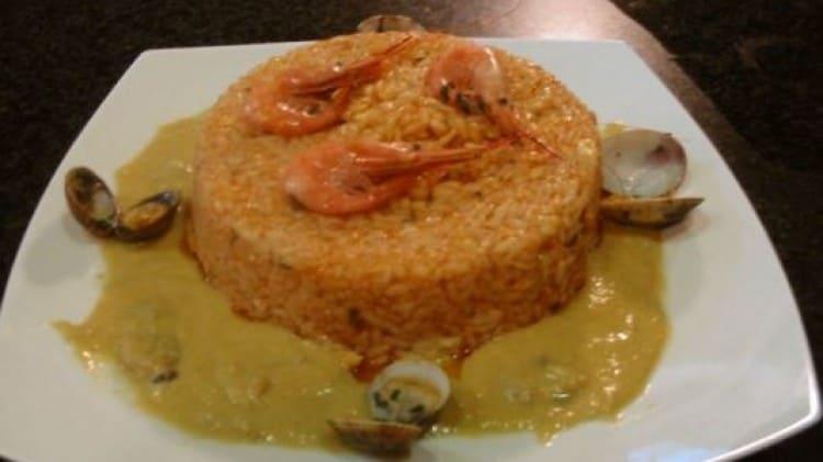 Timballo di riso al sugo di scorfano su crema di gamberi di nassa e vongole vera