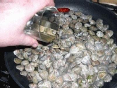 Gnocchi di farina, pangrattato con arselle e scampi