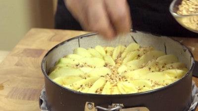 Torta di mele, granella di nocciole e cuore di marmellata di frutti di bosco