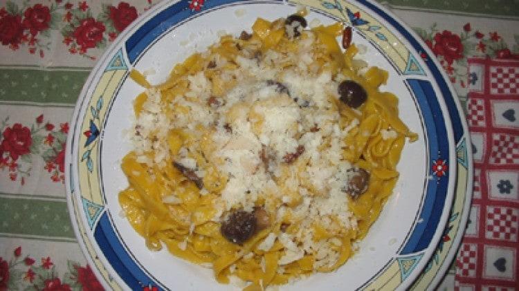 Tagliatelle di zucca con funghi porcini pinoli olive e pecorino