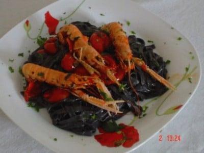 Chitarrine al nero di seppia con zucchine e scampi