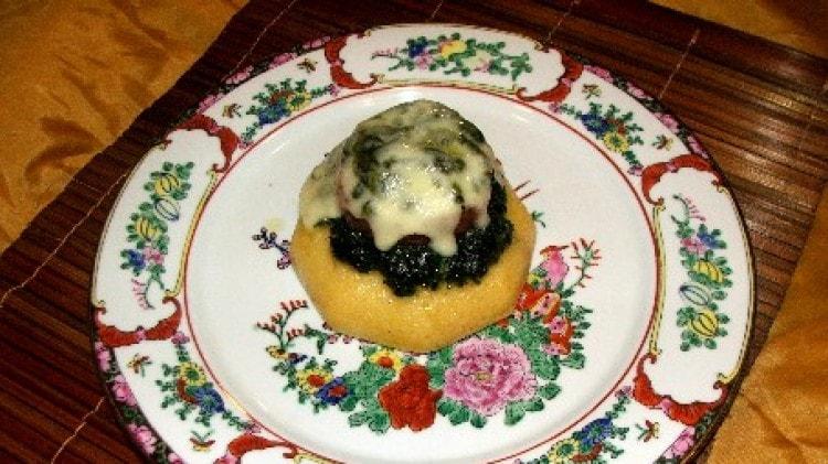 Tortino di polenta, cotechino, spinaci al burro e provola dolce