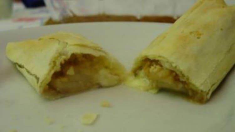 Cannoli con brie, pere e mandorle