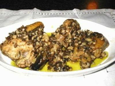 Spezzatino di faraona alle olive e pinoli