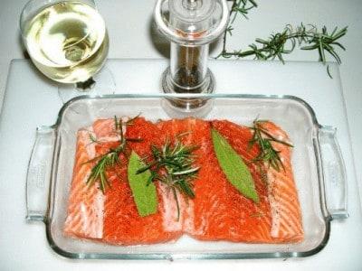 Salmone in crosta con pesto di olive e nocciole