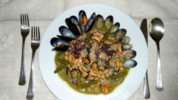 Macedonia di ceci e verdure con frutti di mare e crema di fagiolini