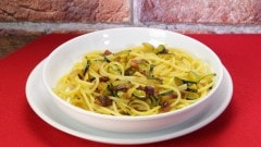 Spaghetti zucchine pancetta e zafferano