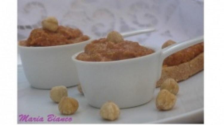 Crostini con mousse di peperoni e nocciole