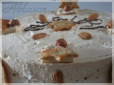 Torta alle mandorle con mousse all'amaretto e chantilly al pralinato