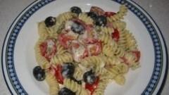 Pasta con stracchino, pomodorini e olive