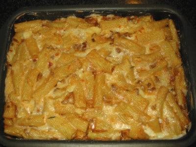 Teglia di pasta al forno con ragù e carciofi