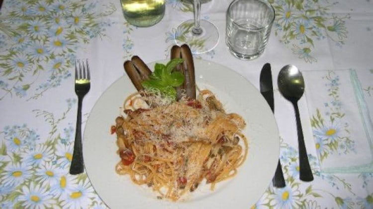 Linguine con cannolicchi al pomodoro e basilico