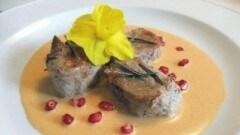 Filetto di maiale con sugo di peperoncino, martini e chicchi di melagrana