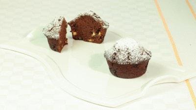 Muffin al cacao con cioccolato bianco e nocciole