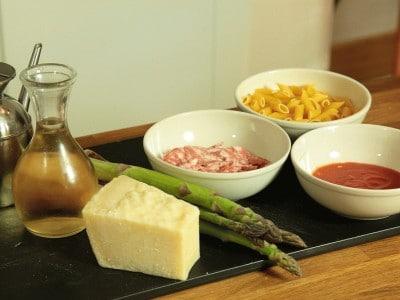 Pasta con luganega e asparagi