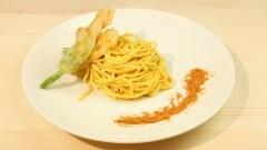 Spaghetti alla chitarra con salsa alla bottarga e fiori di zucca croccanti