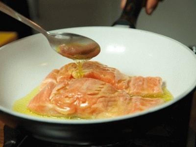 Filetto di salmone con salsina al burro e rucola