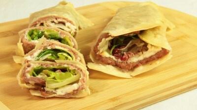 Tortillas con salsiccia, robiola e insalata
