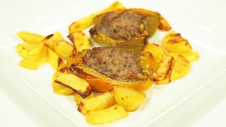 Peperoni ripieni al forno con patate arrosto