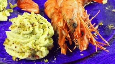Mousse di asparagi con pistacchi e gamberi