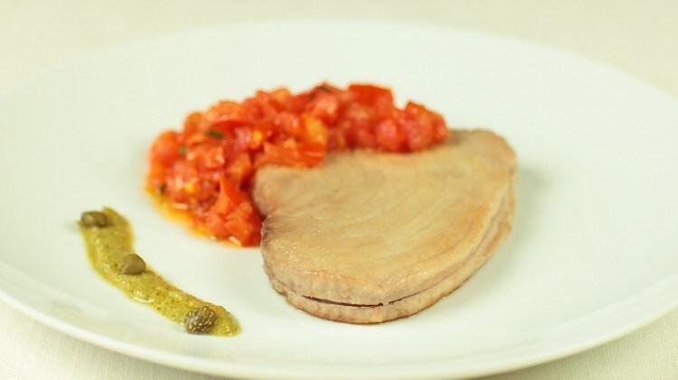 Tonno al pomodoro con salsa di capperi
