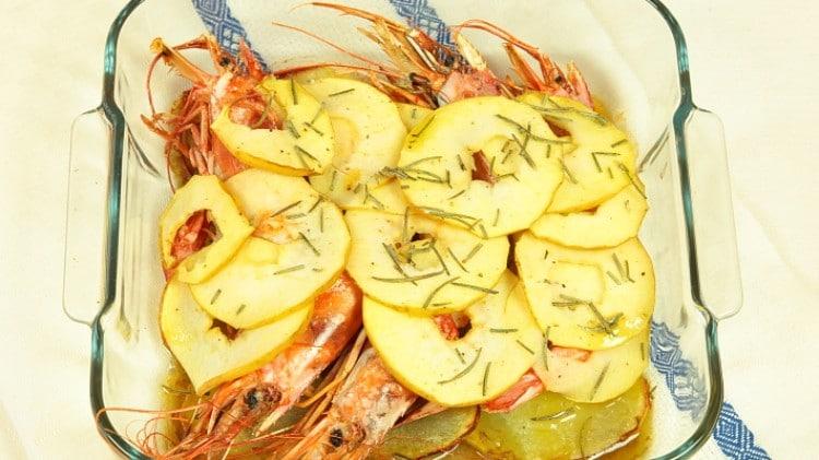 Gamberoni al forno con patate e mele