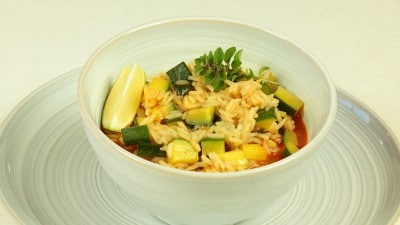 Zuppa piccante di zucchine con riso e lime