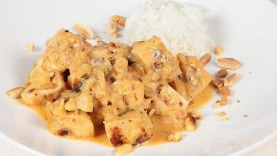 Curry panang di pollo e arachidi