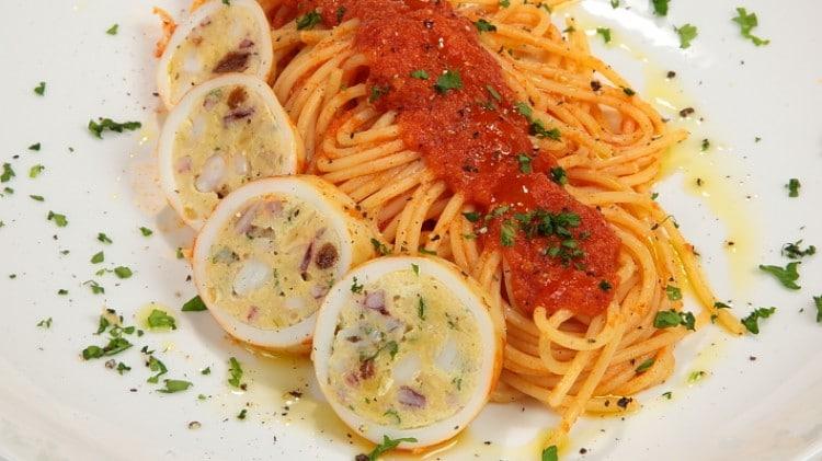 Spaghetti al sugo di calamari ripieni