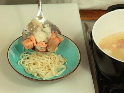 Zuppa con noodle e pesce