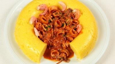 Calamaretti in umido con timballo di polenta