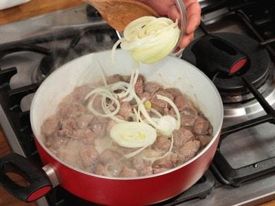 Agnello in salsa di soia con cipolle e pomodori