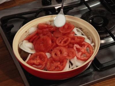 Tajine di vitello con pomodori e cipolle