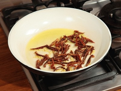Ravioli alla rana pescatrice con pomodori secchi e capperi