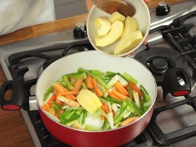 Cosce di pollo con mele e verdure