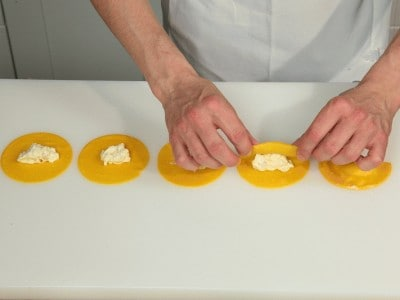 Ravioli di pera con scaglie di pecorino
