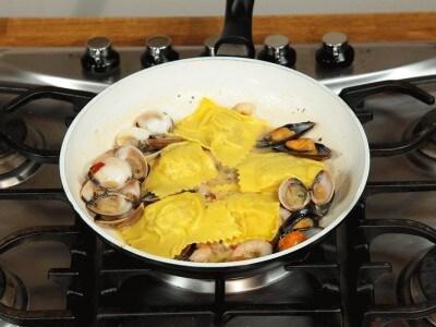 Raviolo ripieno di polpi e patate con cozze vongole e gamberetti