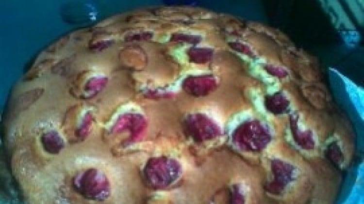 Torta di ciliegie e fragole