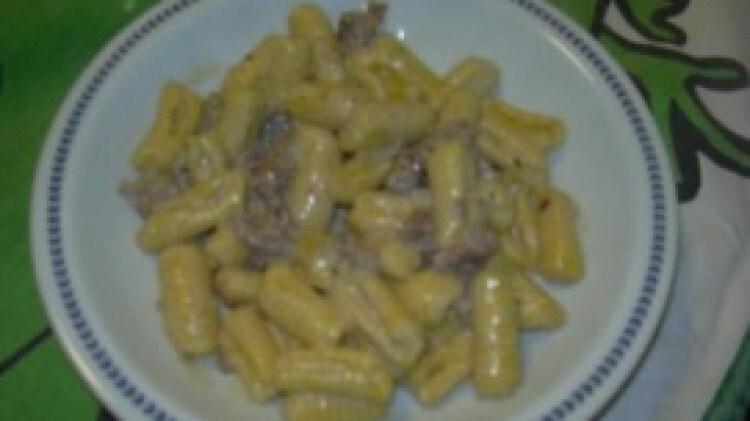 Gnocchetti gialli con salsiccia e crema di formaggio