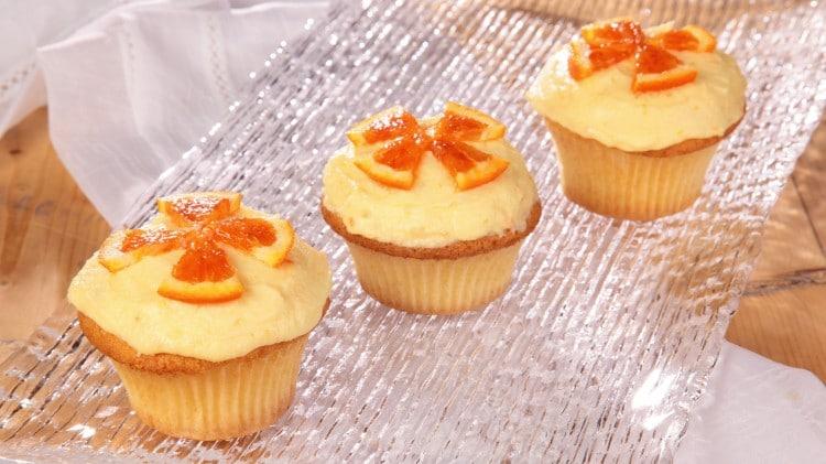 Cupcakes gialli con crema al burro all'arancia