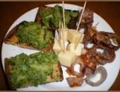 Bruschettine con crema di broccoli e anelli di cipolla fritti