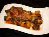 Stinco di maiale brasato con cardoncelli e patate.