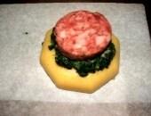 Tortino di polenta cotechino spinaci al burro e provola dolce..