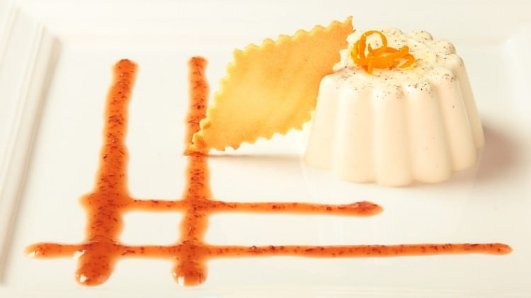 Panna cotta con salsa all'arancia e mirtilli rossi