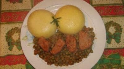 Bocconcini di maiale con piselli e polenta