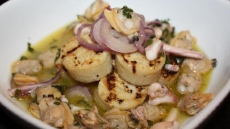 Zuppetta tiepida di vongole calamari e polenta bianca con cipolla di Tropea