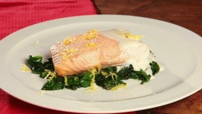 Salmone con spinaci e salsa al limone