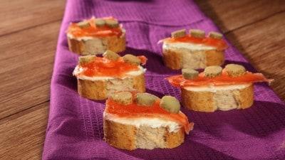 Crostini con salmone marinato