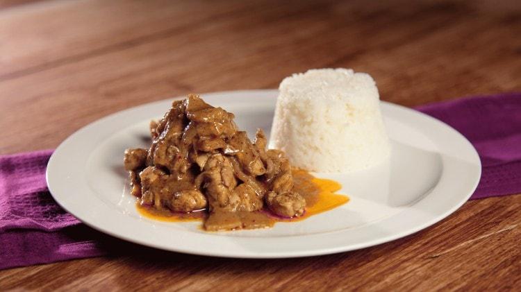 Pollo al curry con latte di cocco e riso basmati